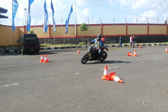 Komunitas YRFI praktek safety riding di Purwokerto (2)
