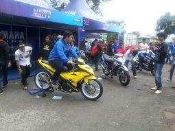 Pengunjung di area exhibition Yamaha Cup Race Purwokerto