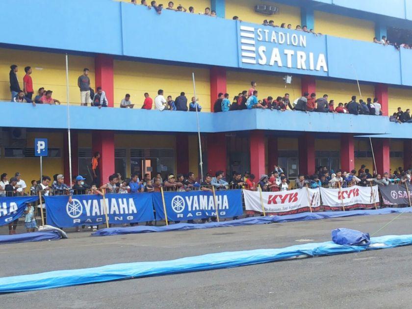 Penonton memadati sirkuit buatan di GOR Satria Purwokerto menyaksikan Yamaha Cup Race