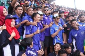 Galang Hendra - Rey Ratukore - Imanuel Pratna bersama pendukung Yamaha di tribun penonton saat ajang ARRC di Sentul International Circuit (2)