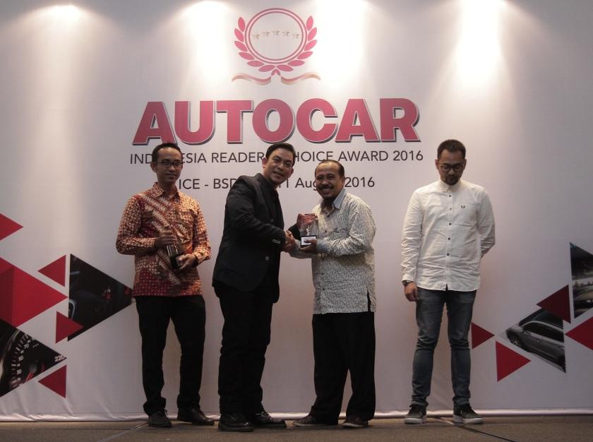 Mohammad Masykur Asisten GM Marketing PT Yamaha Indonesia Motor Manufacturing menerima penghargaan untuk Yamaha dari Majalah Autocar.jpg