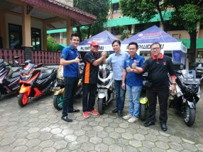 Walikota Jakarta Timur Bambang Musyawardana bersama management Yamaha Flagship Shop Jakarta