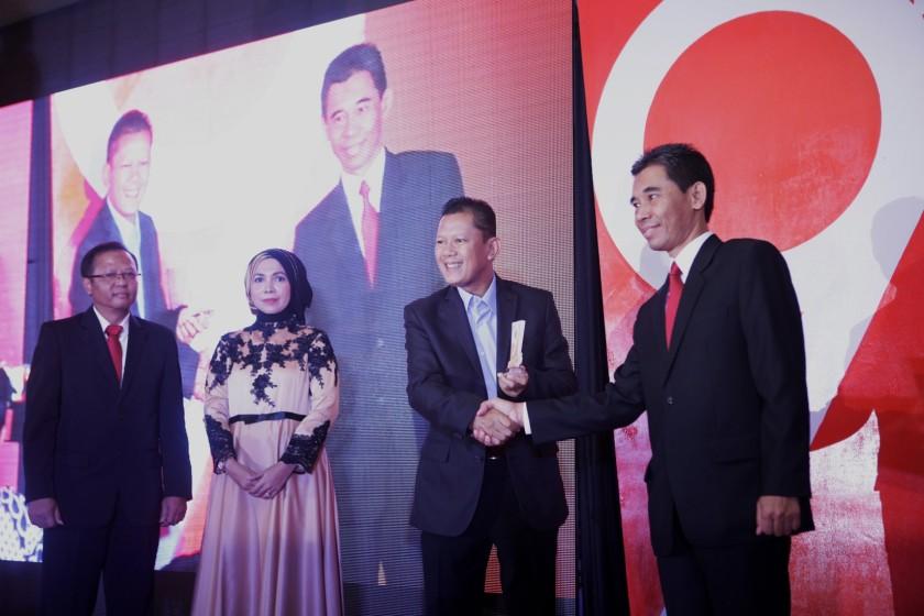 Penghargaan Eksportir Terbaik 2016 untuk PT Yamaha Indonesia Motor Manufacturing diterima Mujiyo (kanan) - Manager Export-Import PT YIMM.jpg